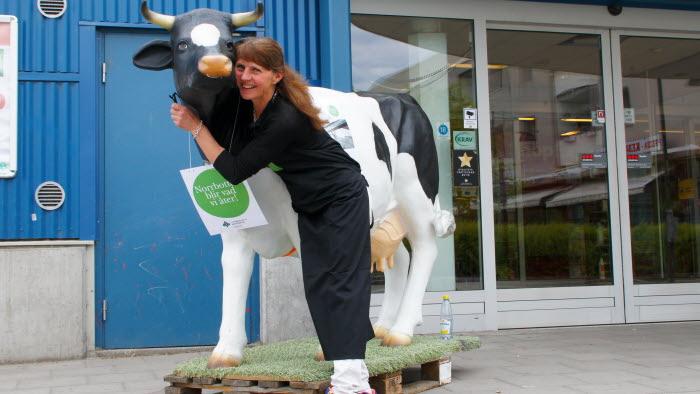 Nina Olovsson med plastko utanför butik.