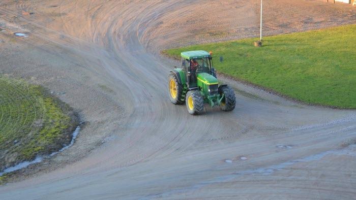 Traktor kör på gårdsplan