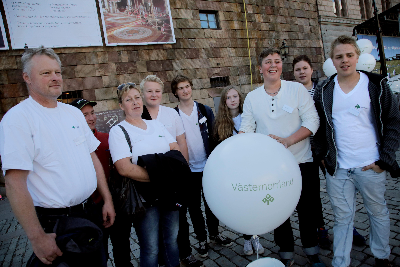 Representanter för LRF Västernorrland vit manifestationen för mjölken på Mynttorget, Stockholm