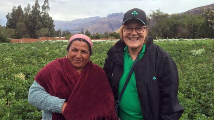 Pirjo med kvinna från Bolivia