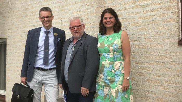 Martin Gustavsson, Håkan Persson och Sofia Karlsson utanför Länsstyrelsen