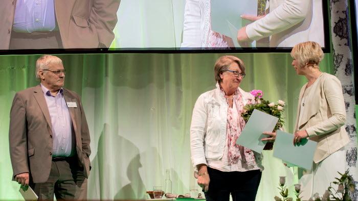 Elisabet Pettersson, ordförande lokalavdelningen Färnebo-Fläckebo och Sture Johansson, ordförande LRF Mälardalen mottar under LRFs riksförbundsstämma hedersomnämnanden för sina insatser vid branden 2014.