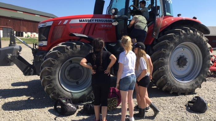 Bonden i skolan, traktor