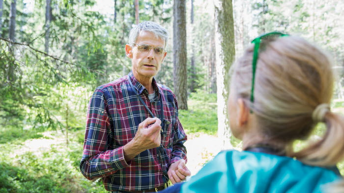 Företagare samtal i skog på Ekerö