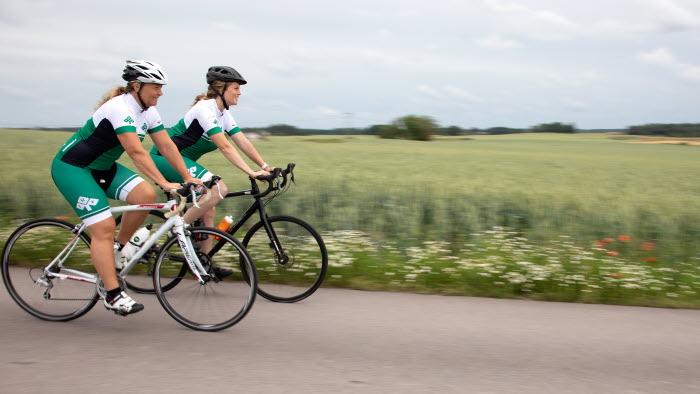 Jeanette Blackert och Mimmi Olsson i cykelmundering
