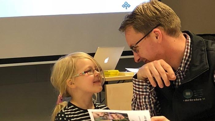 En av deltagarna på CAP-kursen i Örebro hade med sin dotter Emmy som bjöd på russin när energin blev låg.