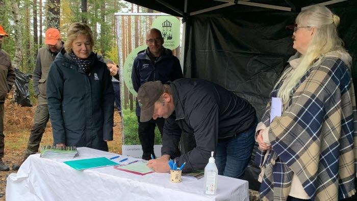 Per Willén signerar det regionala skogsprogrammet