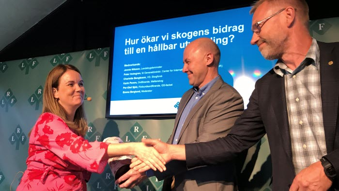 Landsbygdsminister Jennie Nilsson tar emot en budkavle med skogsägarnas förväntningar på politiken från LRF Skogsägarnas nya ordförande Paul Christensson och Sven Erik Hammar.
