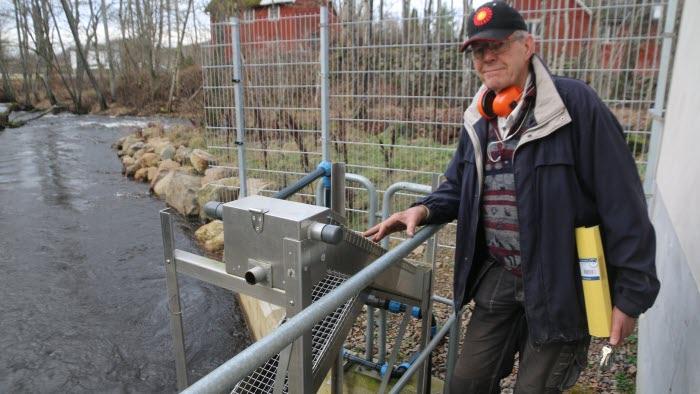 Jan-Åke Jacobson vid sitt småskaliga vattenkraftverk