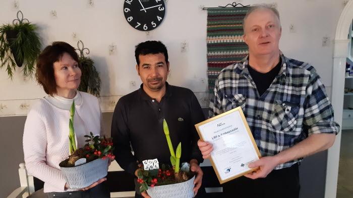 Lena och Bert-Ove Gustafsson, med anställde Reza Hassini, prisas för sitt arbete med integration.