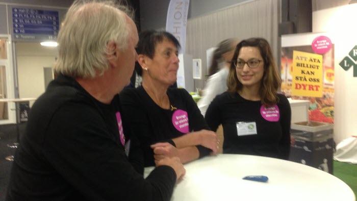 Lantbrukare Stig och Lilian Samuelsson samt Sofia Cavling, LRF riks, spred kunskap om de gröna näringarna vid Miljöpartiets kongress i Göteborg. Foto: Birgit Jönsson
