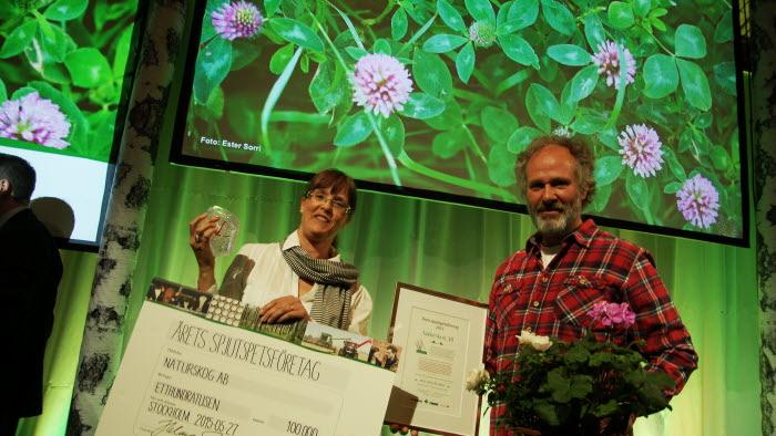 Eva Pettersson och Peter Saarikoski, Naturskog, tar emot priset för årets spjutspets