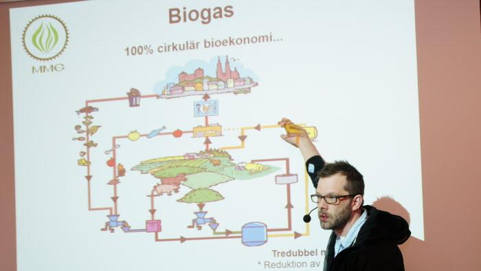 En rad föreläsare medverkade vid energidagen i Öjebyn, t ex Mats Gustafsson, som anlitas som konsult vid byggande av biogasanläggningar på gårdsnivå.