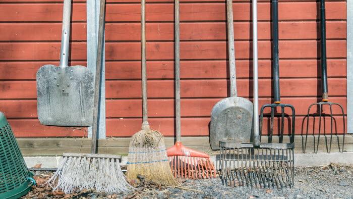 Arbetsredskap hängandes på vägg på Grindtorps gård