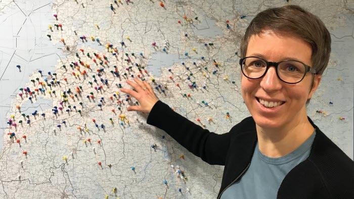 Maria Källming visar aktuella områden för dikning