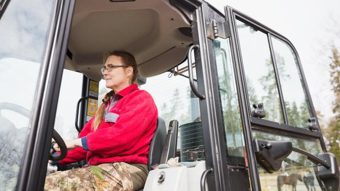 Företagare kör traktor